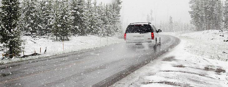 bil kjører på fjellet om vinteren
