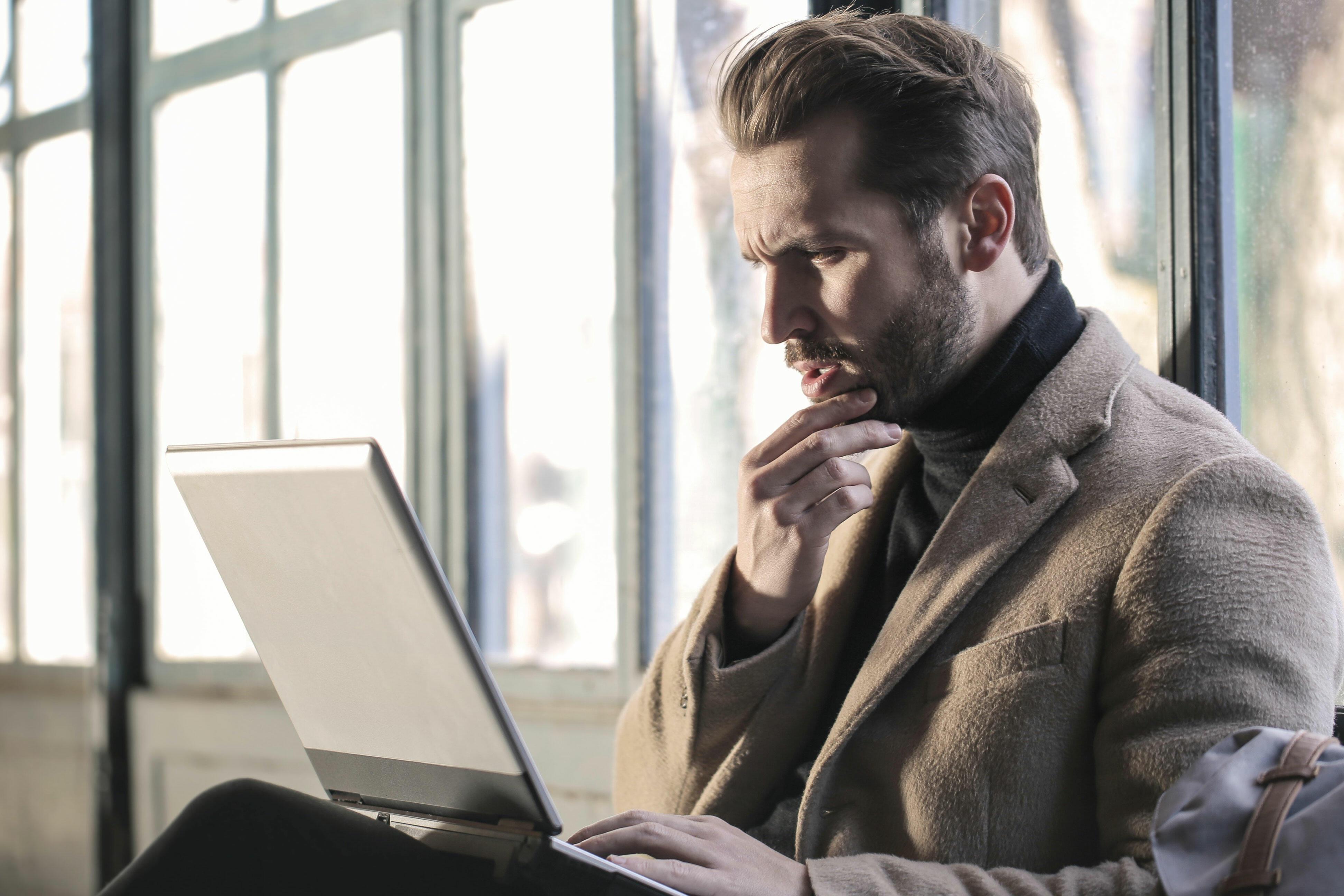 Mann med laptop