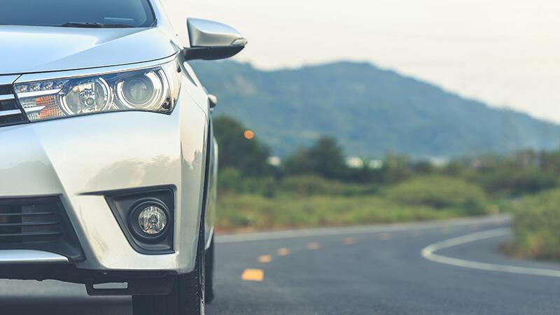 Bil på vei, sølvfarget